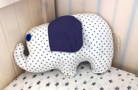 כרית בצורת פיל כחול לבן